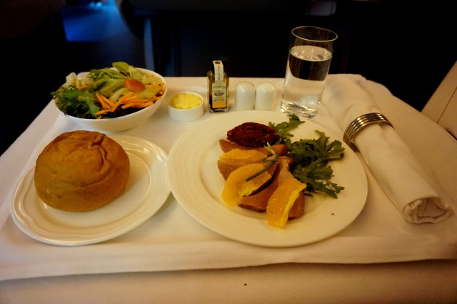 business-class-emirates-777-boeing-lunch-duck