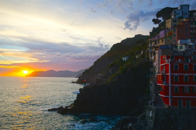 what to do in cinque terre riomaggiore sunsets