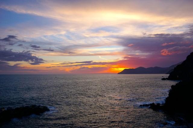 what to do in cinque terre riomaggiore sunsets