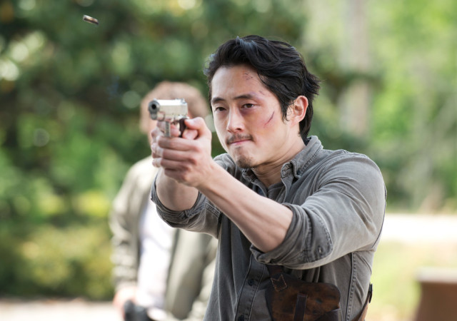 the-walking-dead-episode-601-glenn-gun