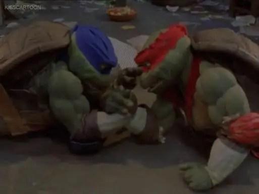 ninja-turtles-the-next-mutation-leo-raph-arm-wrestle