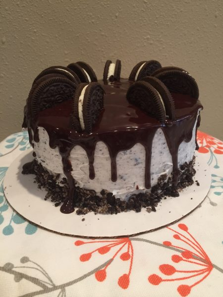 Cookies n cream cake?!?! Umm, yes, please! It's like two desserts in one, who wouldn't love that? Chocolatey cookie with sweet buttercream frosting mixed with Oreos topped with a chocolate ganache. Serious YUM!