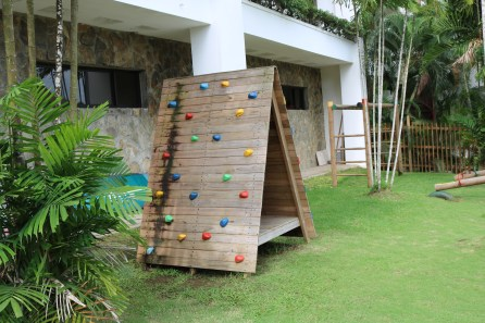 Rocking climbing wall and monkey bars are just some of the few things that Dreams Delight Playa Bonita Panama offers as entertainment for the kids.