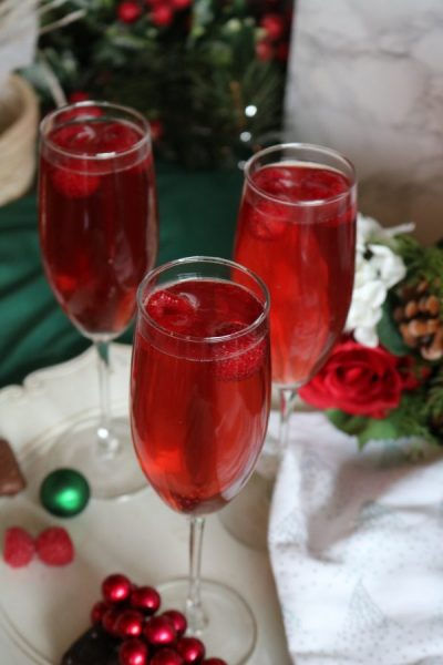 Spread holiday cheer at your next party with these delicious vanilla cranberry mimosas. 25 drinks of Christmas - AdventuresofB2