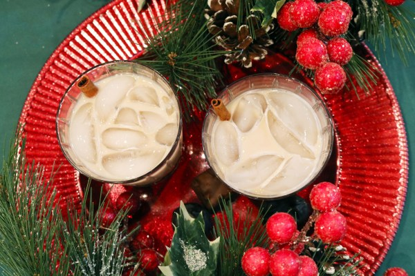Cinnamon Roll is a delicious holiday cocktail full of creamy cinnamon flavors. Only 2 ingredients to make this fabulous party drink! A classic breakfast made into a dessert cocktail! #holidaydrinks #christmascocktail
