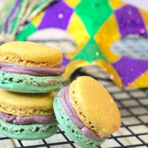 How cute are these Mardi Gras macarons! A perfect little treat to celebrate the carnival season! Light yet full of king cake flavors, it'll surely be a hit at your next Mardi Gras party! - Adventures of B2
