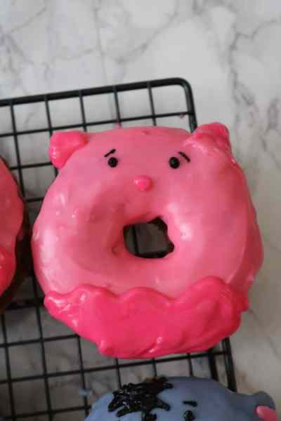 An easy way to make a donut look like Piglet from Winnie the Pooh. Have all your favorite characters from Winnie the Pooh for breakfast with these cute little cinnamon doughnuts! - Adventuresofb2.com