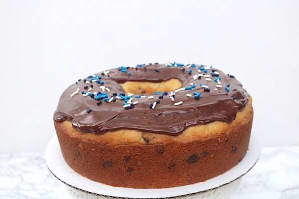 A cake that looks just like a big donut? Yes please! Learn step by step how easy it is to make this giant donut cake! - Adventuresofb2.com