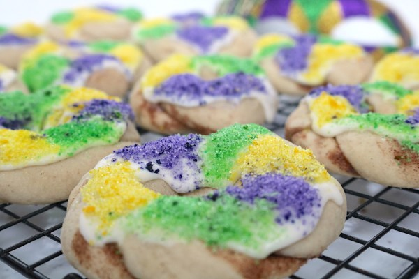 Let the good times roll this mardi gras season with these king cake cookies! A soft sugar cookie with cinnamon filling topped with icing and purple, green and gold sugar sprinkles. A fantastic mardi gras dessert to bring to any mardi gras parade or party! - adventuresofb2