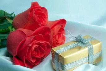 gifts-for-her-box-and-bow-and-roses