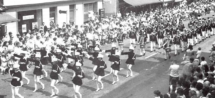 Die Ächterbieckschen Husaren begeisterten ab 1968 auch mit einer Mädchengarde, die leider 1978 aufgelöst wurde.