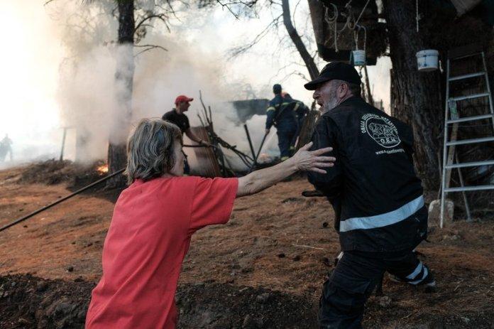 Κάτοικοι και πυροσβέστες στη μάχη της πυρόσβεσης