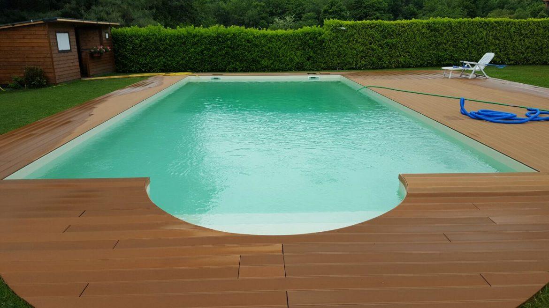 piscina privata con scala romana e solarium in legno