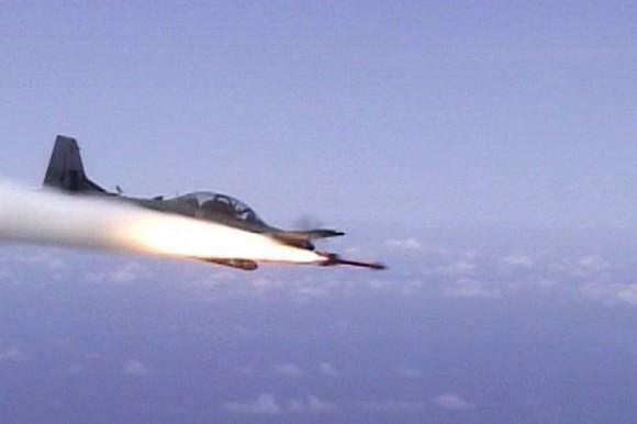 Super Tucano dispara míssil - imagem via Builtforthemission