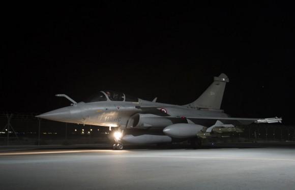 Rafale mostrando pilone com três AASM - missão noturna 23-10-2014 contra EI - foto via Min Def França