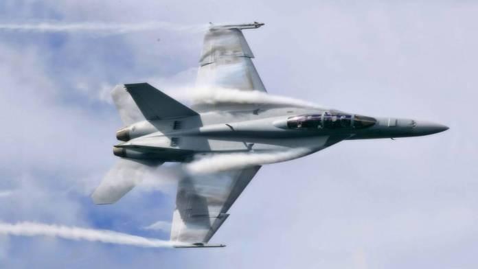 McDonnell (Hoje Boeing) F-18 e sua configuração com cauda traseira e asa em Delta de pouco enflechamento.