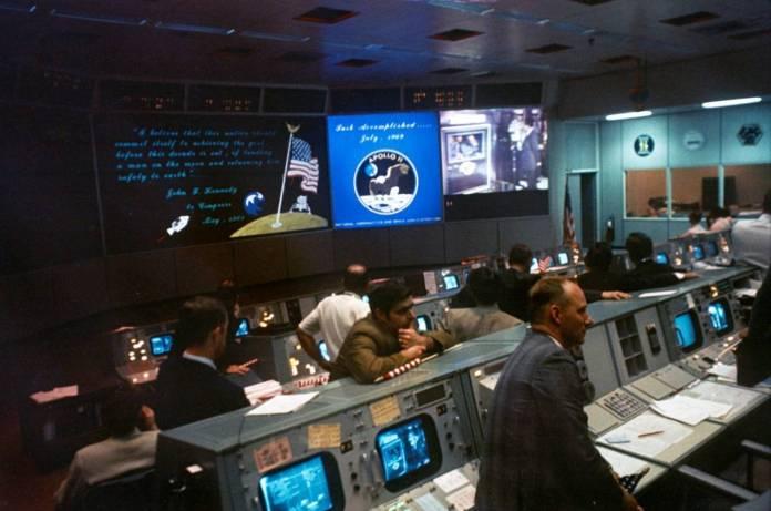 Centro de controle de missão da Apolo, repare nas várias telas e computadores em tamanhos compatíveis para a época.