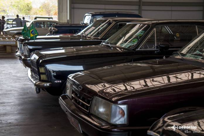 Alguns dos carros clássicos presente na exposição, entre eles um De Lorean.