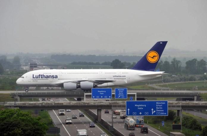 A380 da Lufthansa taxiando no aeroporto de Leipzige. Foto - Airport Halle/ Leipzig