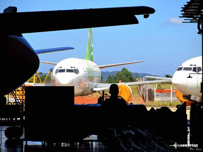 Aeronaves que voaram pela Webjet estocadas em frente ao hangar da GOL em Confins.