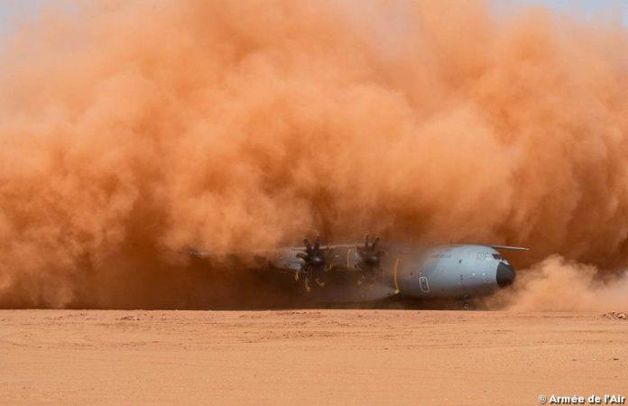 ob_8d1c15_atterrissage-d-un-a400m-sur-le-terrain