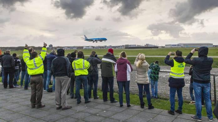 Schiphol - entusiastas testemunham a chegada do primeiro Boeing 787 da KLM.  Photo by:  Robert Meerding