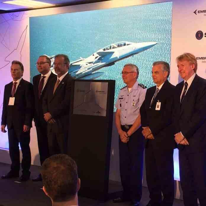 O Ministro da Defesa, Raul Jungmann, e o Comandante da Força Aérea Brasileira, Brigadeiro Nivaldo Rossato durante o evento. Foto - Saab do Brasil/Reprodução