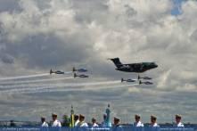 Passagem do KC-390 com o EDA durante a cerimônia na ALA1