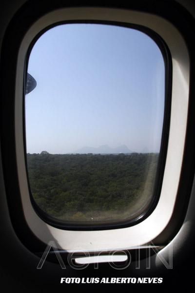 Outra cena muito rara de se ver: durante a rota avistamos, ao longe, o Pico da Neblina, ponto mais alto do Brasil e que, quase sempre, está coberto de que? De neblina, é claro! Com 2.993 metros de altura, ele foi descoberto em 1950 por um comandante da Panair do Brasil.