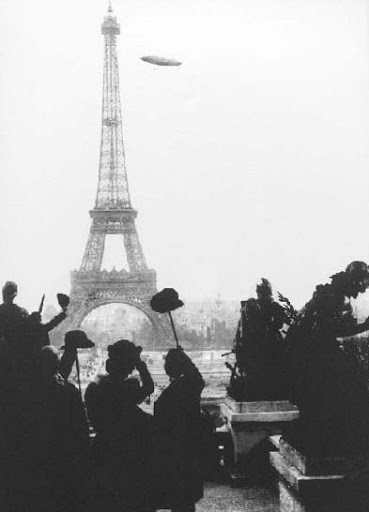 A conquista definitiva da dirigibilidade – parisienses saúdam Santos Dumont no momento em que contorna a torre Eiffel.