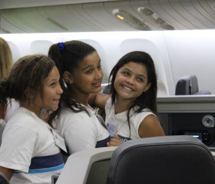 RIOgaleão - Visita de crianças à aeronave pela primeira vez (2)