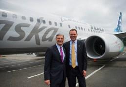 CEO da Boeing Ray Conner (esq) e CEO da Alaska Brad Tilden, pousam com o avião comemorativo
