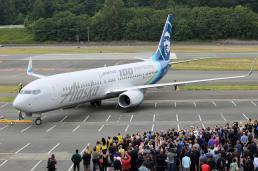 Empregados da Boeing acompanham a chegada da aeronave ao Boeing Field, em Seattle.