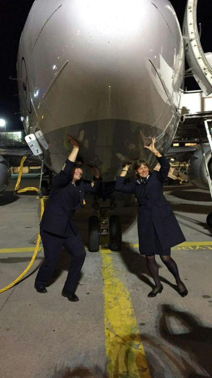 Tripulantes do voo LH153 tiram as últimas fotos ao lado do Bobby