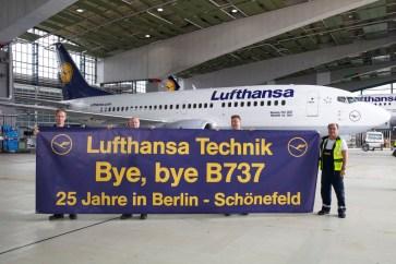 Equipe de manutenção da Lufthansa Techinik em Berlin dá o adeus ao 737 após sua última inspeção de hangar em Janeiro. Foto: Sonja Bruggeman - Lufthansa.