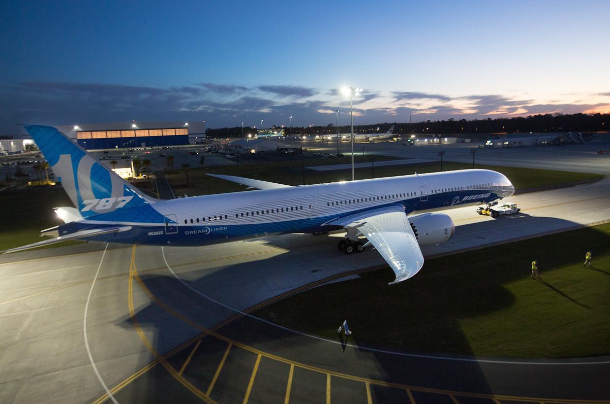 Boeing apresenta o novo 787-10 Dreamliner.