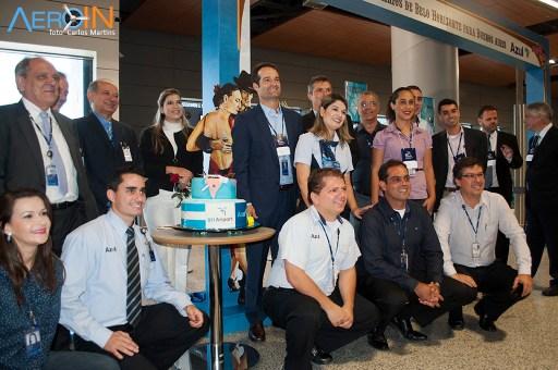 Presidente da Azul, Antonoaldo Neves e funcionários da base Belo Horizonte posam para foto.