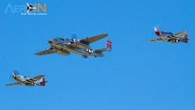 P-51 Mustangs escoltam B-25 Mitchell