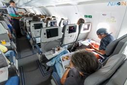 O tempo de viagem passa mais rápido com leitura da revista de bordo Azul e o entretenimento Azul Play