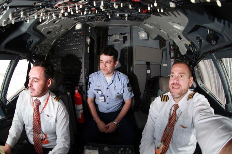 Pilotos da GOL e controlador da FAB no cockpit