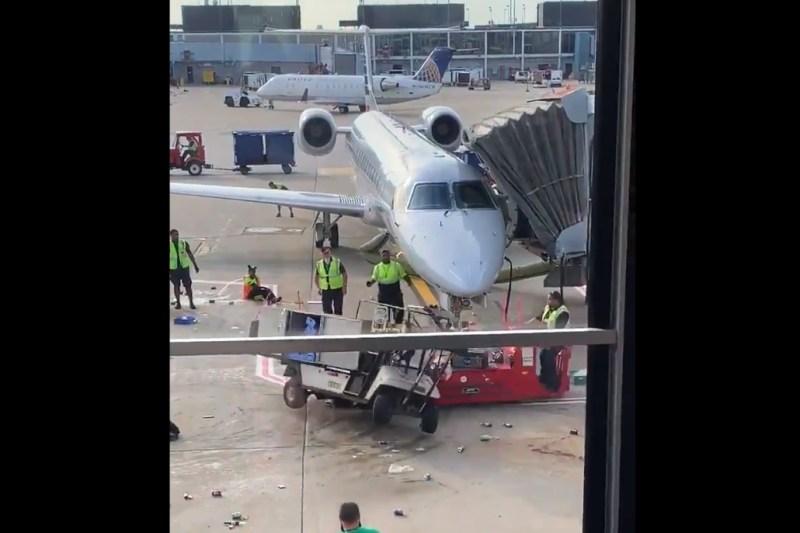 Carrinho desgovernado avião aeroporto Chicago