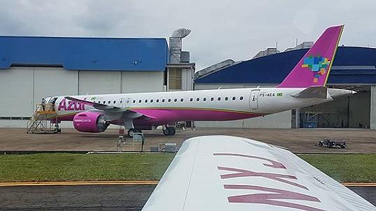 Avião Embraer E195-E2 Azul Rosa