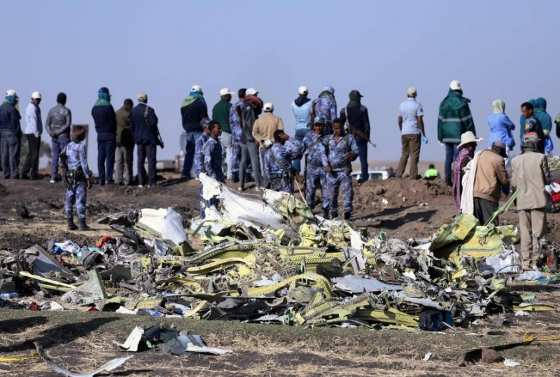 Imagem Reuters restos crash site ETH
