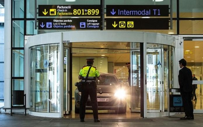 Carro saindo dentro terminal aeroporto Barcelona