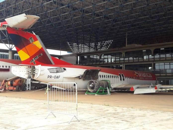 Avião Fokker 100 Oceanair Avianca Brasil hangar Brasília