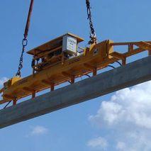 Vacuüm heftoestel van Aerolift die gebruikt wordt voor het handlen van tribune elementen tijdens de bouw van een stadion