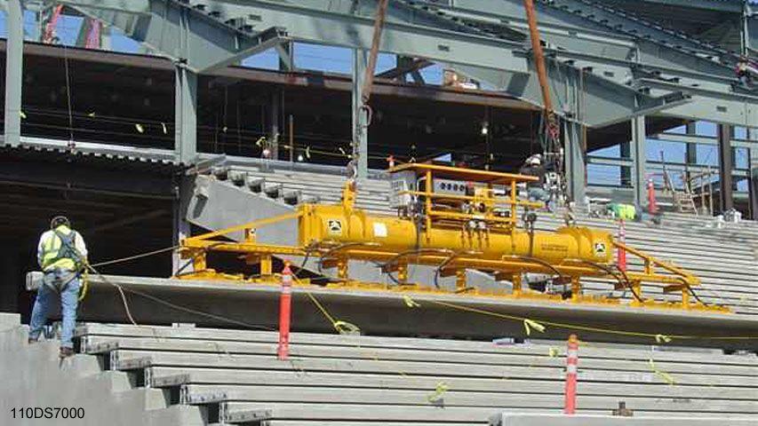 Tijdens de bouw van een stadion is dit vacuüm heftoestel van Aerolift gebruikt voor het handlen van de tribuneelementen
