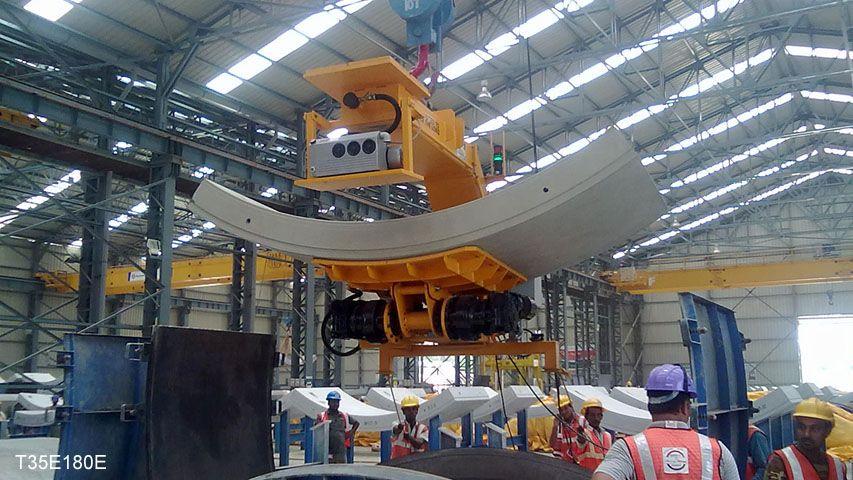 Deze 180 graden kantelaar van Aerolift wordt gebruikt voor het kantelen van zojuist ontkistte boortunnelsegmenten