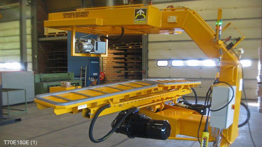 Deze 180 graden kantelaar van Aerolift wordt gebruikt voor het ontkisten en handlen van lange smalle betonnen balken