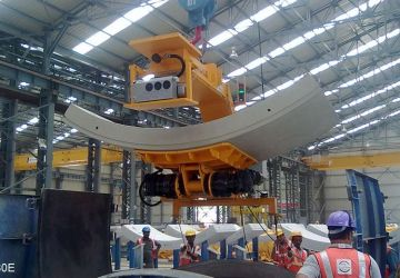 This vacuum lifter of Aerolift in India is able to turn tunnel segments 180 degrees